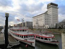 """Ausflugsschiffe der """"Weiße Flotte"""" am Anleger im Innenhafen"""