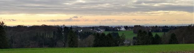 Oben auf den Wupperhöhen bei Diepental reicht der Blick bis nach Köln und zur Ville auf der gegenüberliegenden Rheinseite