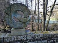 Gedenkstein auf der Kallbrücke an der Mestrenger Mühle, für einen deutschen Sanitätsoffiziert, der verrwundeten amerikanischen Soldaten bei der Schlacht im Hürtgenwald half