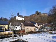 Unten der Nitzbach, oben die Kapelle und die Ruine der Virneburg