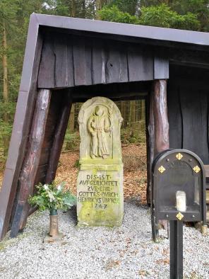Gedenkstein im Wald