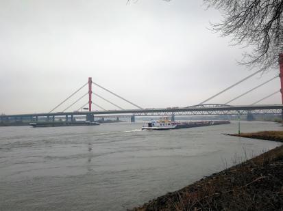 Die Autobahnbrücke der A42 über den Rhein