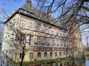 Die reich verzierte Ost-Fassade, vom Park aus gesehen
