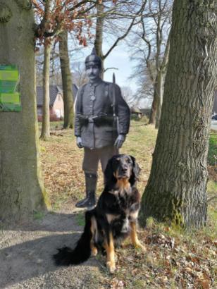 An der Grenze: Doxi hat einen neuen (Papp-) Kameraden gefunden