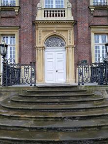Portal im Hauptgebäude, in dem auch ein Restaurant untergebracht ist