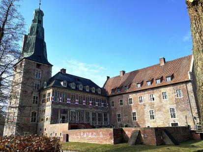 Hofseite der Oberburg mit dem Westflügel (links) und dem Nordflügel