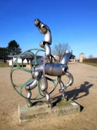 Skulptur eines römischen Reiters mit Pferd