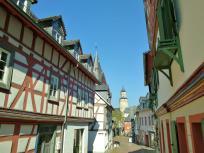 Blick durch die mittelalterliche Kreuzgasse zum Hexenturm