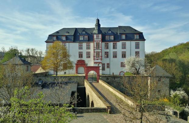 Das im Renaissance-Stil zwischen 1614 und 1634 errichtete Residenzschloss auf dem Burgfelsen beherbegt heute ein Gymnasium