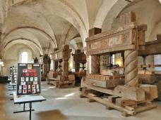 Historische Weinpressen im ehemaligen Laienrefektorium