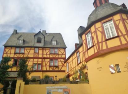 Der historische Gasthof an der Lahn mit dem ehemaligen Zollturm