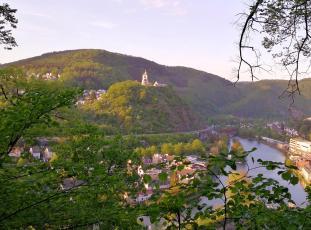 Blick von der Burg auf die gegenüberliegende Lahnseite zur Allerheiligenbergkapelle