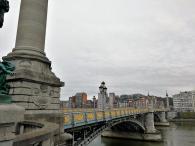 Seitlicher Blick auf das prächtige Brückengeländer