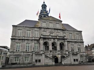 Frontseite des Rathauses am Markt