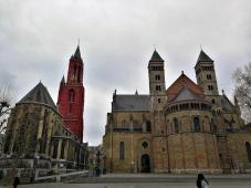 Am Vrijthof: Links die Sankt-Johannis-Kirche (Sint-Janskerk), rechts die Sankt-Servatius-Basilika (Sint Servaasbasiliek)