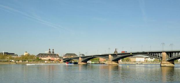 Blick von der Rheinpromenade auf die andere Rheinseite