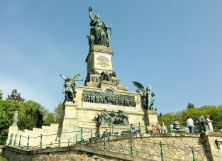 Das Niederwalddenkmal oberhalb von Rüdesheim am Rhein