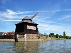 Der alte Verladekran am Rhein - Wahrzeichen von Winkel