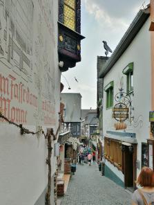 Die weltberühmte Drosselgasse mit zahlreichen Weinstuben und Bierlokalen in der Rüdesheimer Altstadt