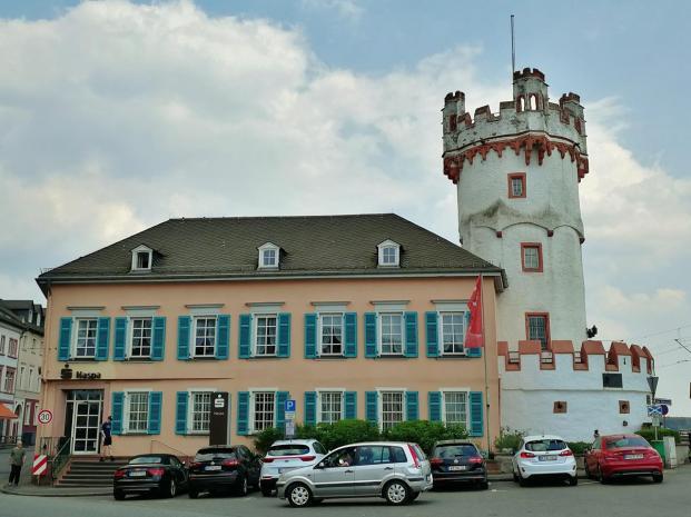 Gabäude der Sparkasse neben dem spätgotischen Adlerturm aus dem 15.Jahrhundert, einem Eckturm der alten Stadtbefestigung, der früher unmittelbar am Rhein lag