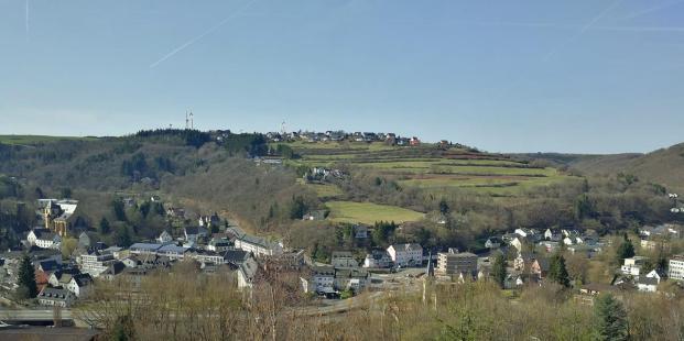 Beim Rückweg: Blick von den Höhen hinab nach Schleiden im Tal der Olef