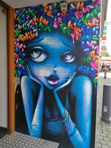 Schönes Graffiti an einem Geschäftshaus