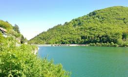 Wir nähern uns der Staumauer. Man sieht, der See ist gut gefüllt.