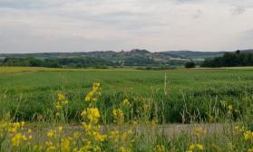 Blick hinüber nach Diemelstadt-Rhiden mit dem Schloss Rhoden oben auf dem Berg