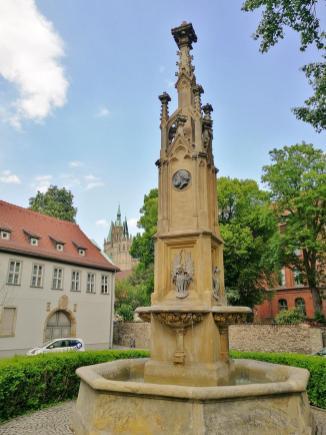 Brunnen am Hermannsplatz mit Blick auf die Rückseite des Doms