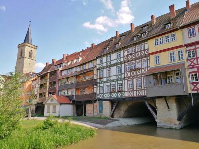 Blick auf die Krämerbrücke vom Ufer der Gera