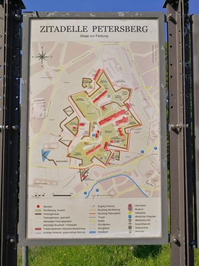 Infotafel an der Zitadelle Petersberg