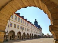 Blick aus den Arkaden in den Innenhof (Exzerzierplatz)