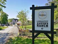 Wir erreichen den beliebten Landgasthof Xavers Ranch auf den Höhen über dem See