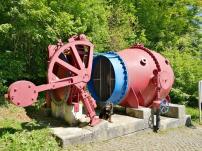 Eines der beiden alten Verschlussventile und Turbine des Stausees