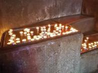 Gebetskerzen an der Marienstele
