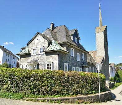 Die evangelische Kirche mit Pfarrhaus