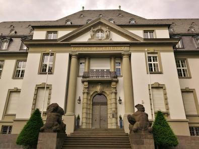 Prächtiges Verwaltungsgebäude der Basalt Acien Gesellschaft am Ortseingang von Linz