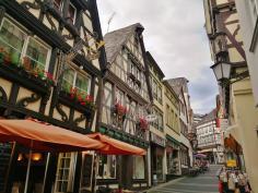 Gaststätten und Restaurants in der Rheinstraße, die hinauf zum Markt führt