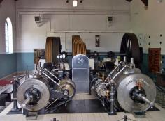 Dampfmaschine zum Antrieb der Transmissionsriemen für mechanische Webstühle (Foto Stahlkocher| http://commons.wikimedia.org | Lizenz: Creative Commons Attribution-Share Alike 3.0 Unported)