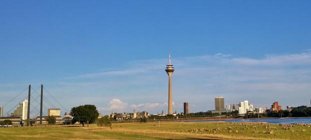 Wahrzeichen von Düsseldorf: Der Funkturm, der Landtag und die Gehry-Bauten am Hafen