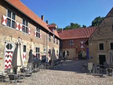 Innenhof der Vorburg mit Gastronomie