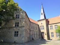 Der Südflügel (links) stammt aus dem 16. Jahrhundert, der Westflügel (rechts) aus dem 19. Jahrhundert