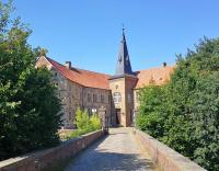 Zufahrt zur Burg über den Wassergraben