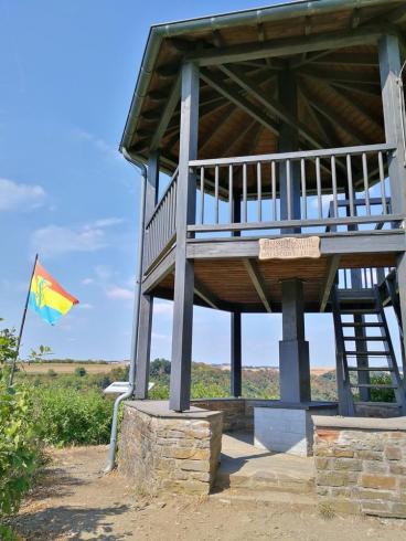 Die zweistöckige Mönch-Felix-Hütte oberhalb von Niederfell mit Blick auf Kobern-Gondorf