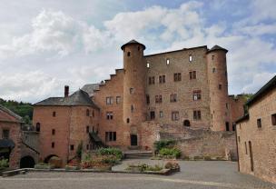 Blick auf das Hauptgebäude vom Innenhof der Anlage