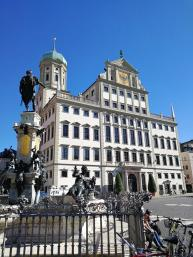 Brunnen am Marktplatz vor dem Rathaus