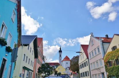 Blick von der Hauptstraße in Dießen hinauf zum Münster