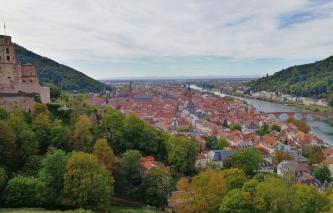 Blick aus dem Schlossgarten hinunter nach Heidelberg