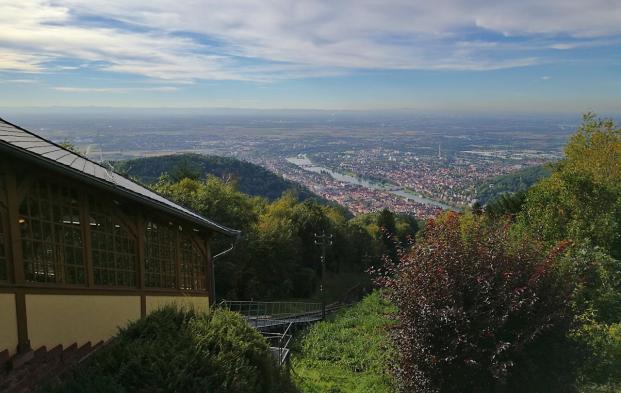 Blick von der Bergstation der Heidelberger Bergbahn hinunter auf Heidelberg