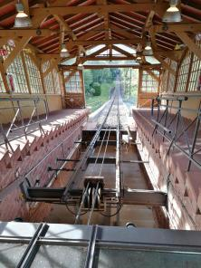Steil steigt die Bergbahn den Köigstuhl hinauf